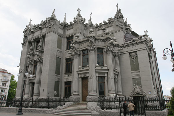 House with Chimeras - Photo 3